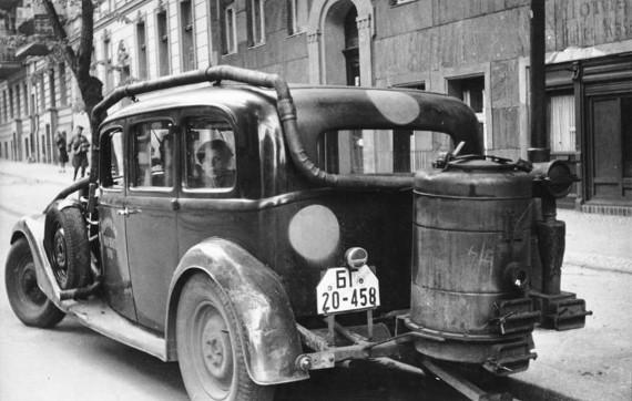 Bundesarchiv_Bild_183-V00670A,_Berlin,_Auto_mit_Holzgasantrieb #7terSprung