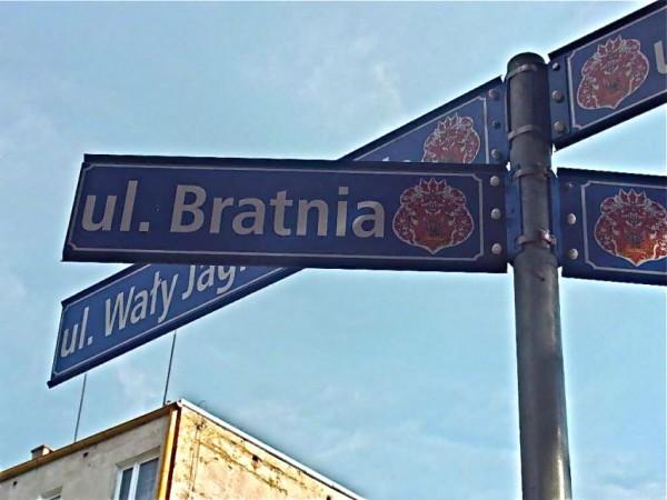 Ein Straßenschild in Oels/Olesnica (ul. Bratnia, Brüderstraße)